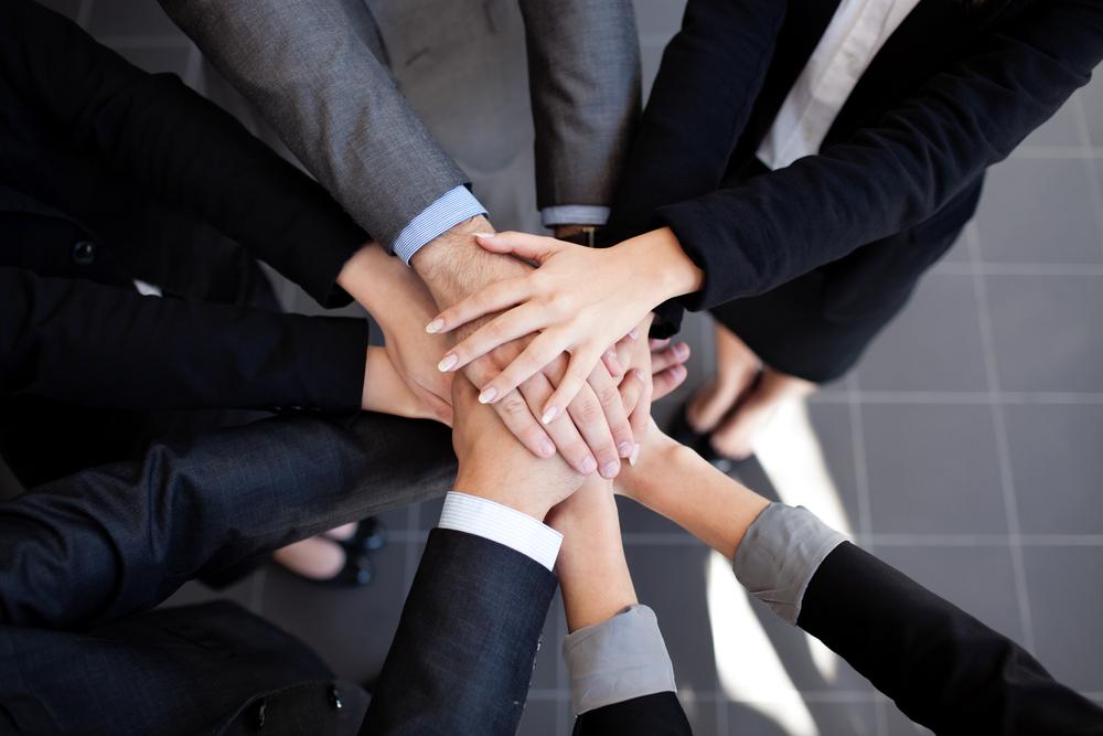 Equipo de trabajo uniendo sus manos