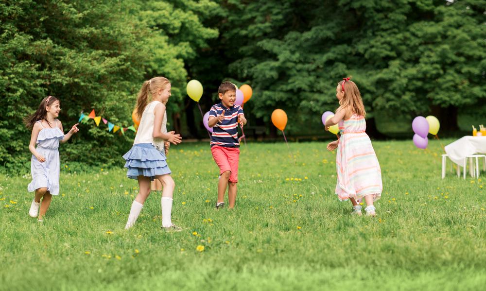 Niños jugando alos globos campamento de verano