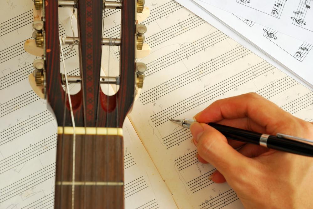 Componiendo pieza musical guitarra. Inteligencia musical