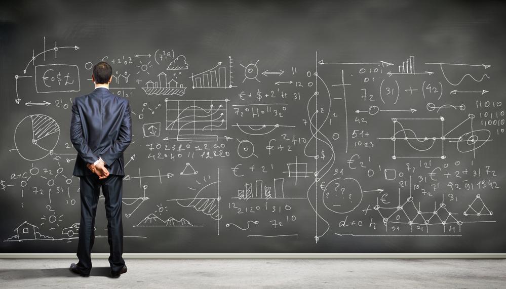 Hombre delante pizarra fórmulas matemáticas. Inteligencia Matemática